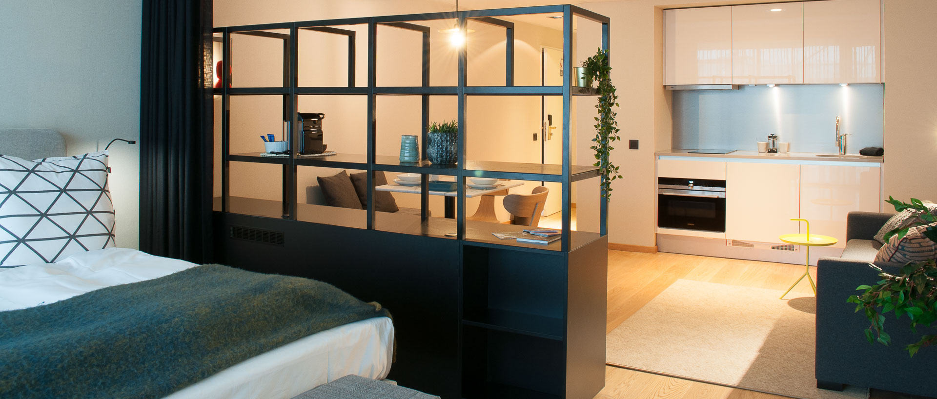 Bedroom and kitchenette PREMIER SUITES PLUS Antwerp